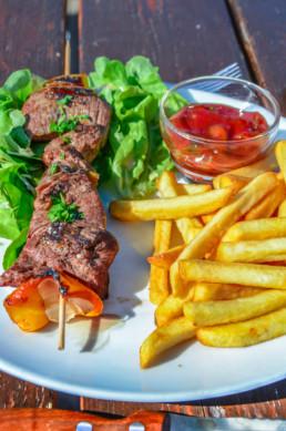Brochette de boeuf et frites - Chalet de Caron